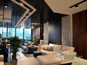 реечный-потолок-в-салоне-мебели